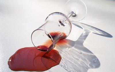 Cómo quitar manchas de vino tinto en manteles y ropa